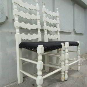 είναι δυο καρέκλες ξύλινες ρουστίκ λευκές κλασικές μεταχειρισμένες