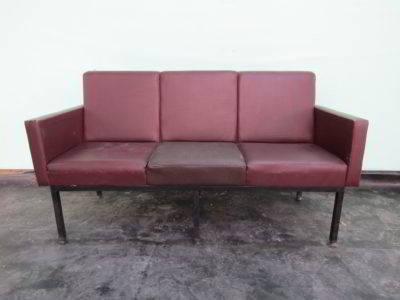καναπές τριθέσιος από δερματίνη industrial μεταχειρισμένος vintage retro