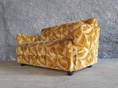 Καναπές με βελουτέ ταπετσαρία