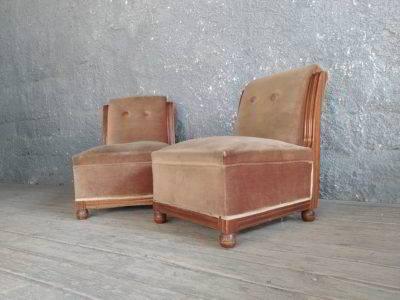Πολυθρονάκι ξύλινο, με βελουτέ ταπετσαρία, σε καλή κατάσταση, η τιμή αντιστοιχεί στο τεμάχιο.
